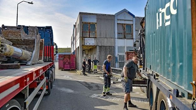 Arbejdet udføres af nedbrydningsfirmaet Kingo, som i forvejen er i gang med nedbrydning af gamle moleanlæg, i forbindelse med udvidelsen af havnen. Foto: Ole Iversen Ole Iversen