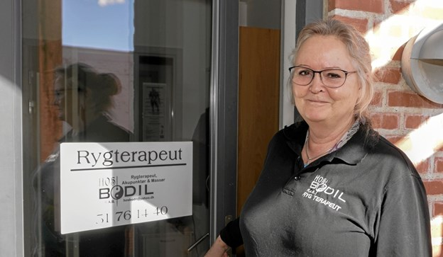 Rygterapeut, Akupunktør og Massør står der på døren til klinikken, som Bodil Hansen etablerede i Hirthals for knap 5 år siden. Foto: Peter Jørgensen Peter Jørgensen