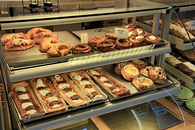 Lækkerier på hylderne og alt er fra bageren i Koldby. Hans B. Henriksen