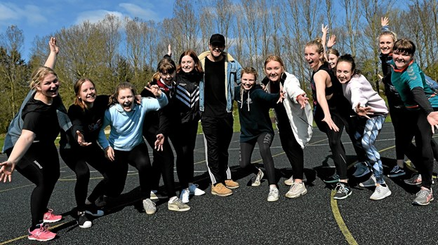 Den kendte danser og musicalstjerne, Silas Holst, omgivet af fans på Dronninglund Gymnasium.  ?Foto: Jørgen Ingvardsen