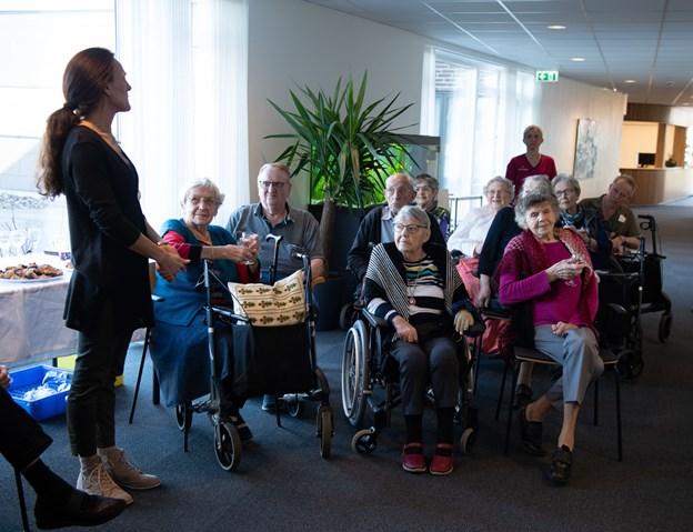 Aleksia Bertelsen, forstander på Vivaldi, takkede mange gange for den flotte gave, som beboerne også var tydeligt glade for at modtage. Foto: Hans Ravn Hans Ravn
