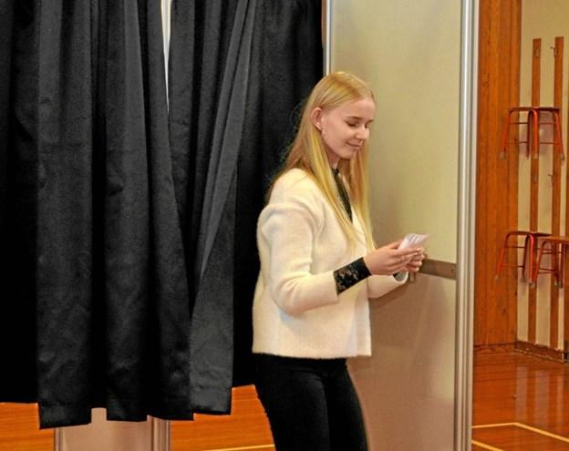 Maja kommer ud fra stemmeboksen efter at have stemt og styrer direkte hen mod stemmeurnen.Foto: Ole Torp Ole Torp