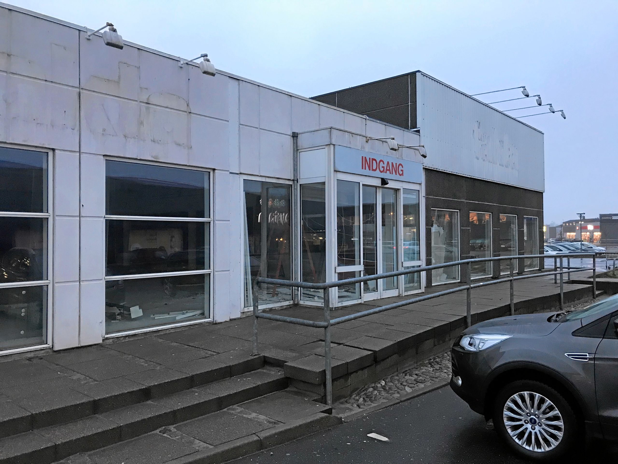 Bygningen har tidligere huset en Fakta dagligvarebutik, og man kan stadig ane navnet på facaden øverst til venstre på billedet. Foto: Torben O. Andersen