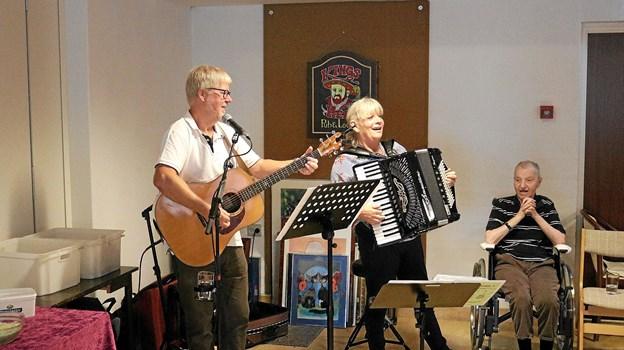 Duoen Hr. og Fru Hansen, der flere gange har underholdt Rosengårdens beboere, var også i år med til at skabe en god stemning under Høstfesten.