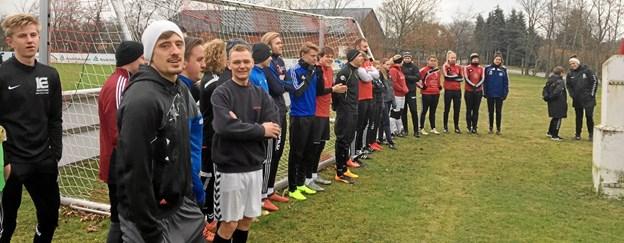 Spillerne på vej til generalforsamling efter standerhejsningen. Foto: Privat.