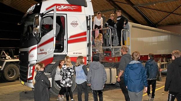 De unge mennesker viste stor interesse for de store køretøjer. Foto: Hans B. Henriksen