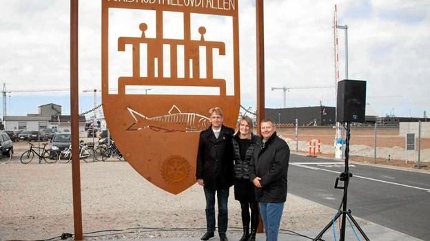 På foto ses Jens Gram, Skagen Rotaryklub, borgmester Birgith Hansen og havnedirektør Willy B Hansen, da Skagen Rotaryklubber i april 2016, donerede Skagen Byvåben til Krydstogtkajen.