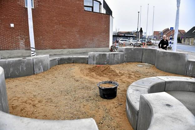 På de laves betonelementer skal der lægges beklædning til at sidde på og der kommer kunstgræs i bunden. Foto: Ole Iversen Ole Iversen