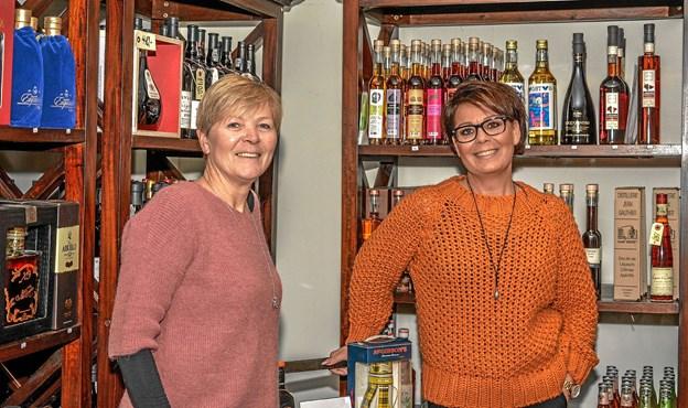 Malene Jacobsen (tv) overlader roret til Kit Kronborg (th) pr. 31/12 2018 - og de glæder sig begge. Foto: Mogens Lynge