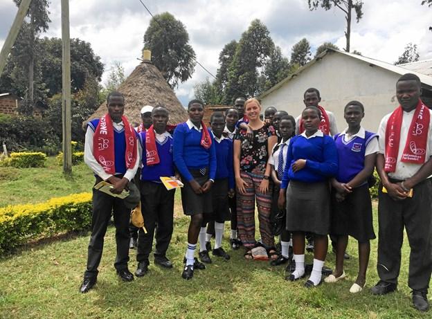 Besøg på det lokale gymnaisum i Rongo gav mange nye bekendtskaber, og Anne fortsætter kontakten med flere af eleverne. De fik masser af skolegrej, tøj og danske julespecialiteter. Privatfoto.