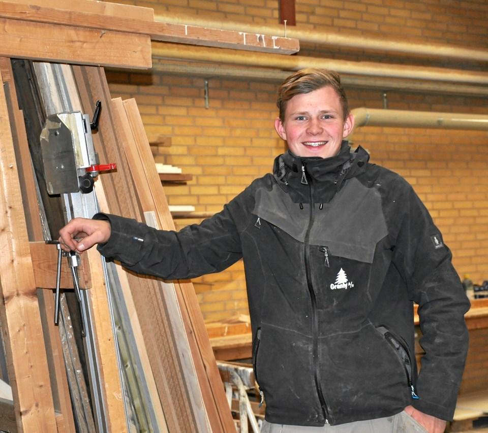 Flere har efterhånden fået øjnene op for, at EUX'en er en god investering i fremtiden. En holdning, som både EUX-elev Christian Thorhauge Holm og direktøren i hans praktikvirksomhed, Mogens Christensen fra Granly Tømrer- og Snedkerforretning A/S i Fjerritslev, kan nikke genkendende til. Foto: Lotte Heshe
