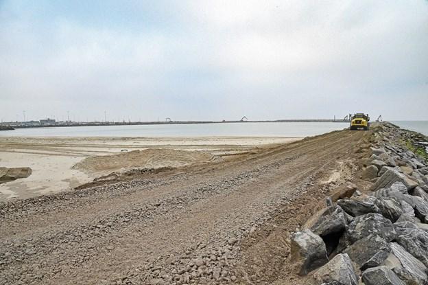 Det store baglandsområde skal ligge her tættest på. Længst væk bliver den nye dybe havn og kaj. Foto fra 16. nov 2018 Ole Iversen