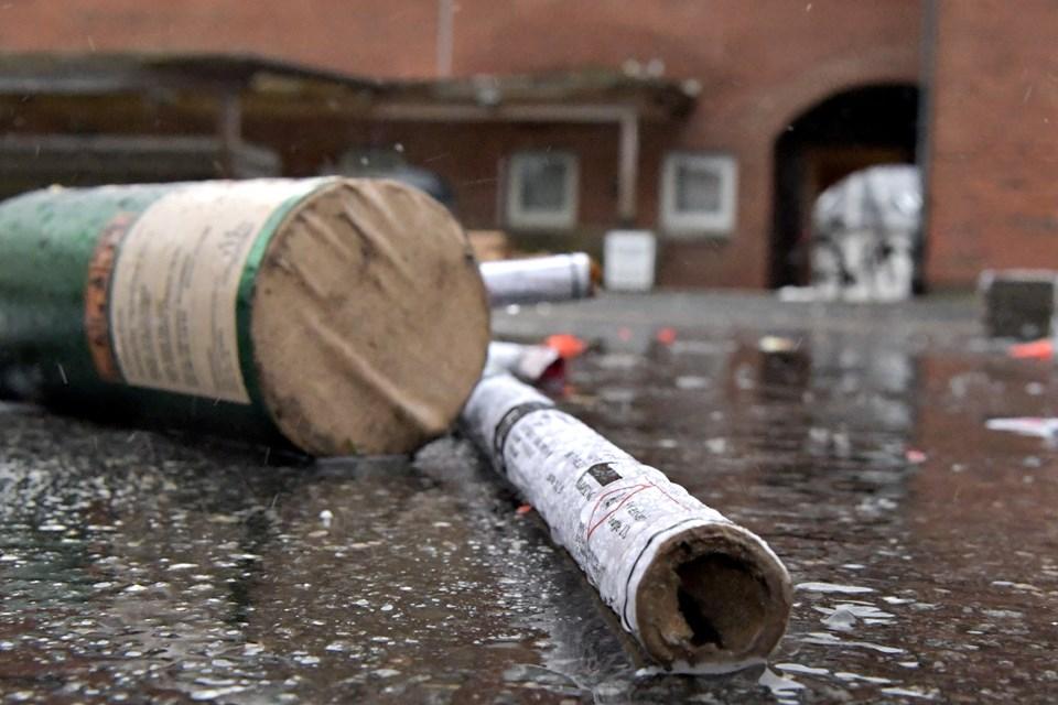 Man må gerne smide brugt fyrværkeri i skraldespanden, så længe det ikke er fusere. De skal som oftest indleveres på genbrugsstationen som farligt affald. Arkivfoto: Henrik Louis