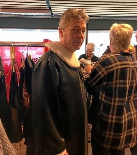Noget kunne tyde på, at der indgår en præst i årets Cabaret ALFA. I hvert fald er Terkel Hatting-Kristensen her trukket i præsteuniformen i Cabaret ALFAs fjernlager i Hornum. Privatfoto