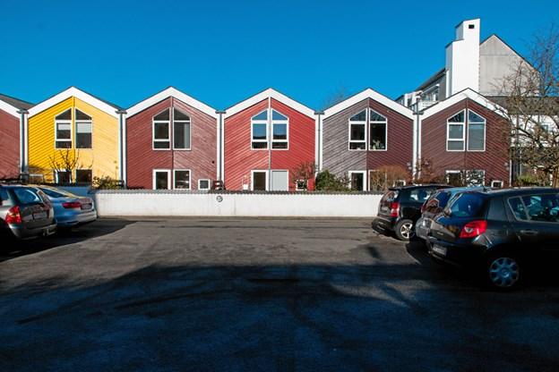 Det er disse farverige huse, man møder, når man nærmer sig Vejgaard Bymidte.