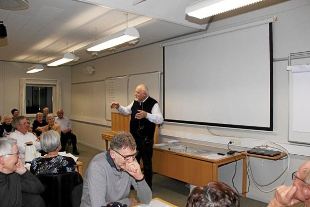 Folk hylede næsten af grin over Hugo Mortensens fortælling. Foto: Hans B. Henriksen Hans B. Henriksen