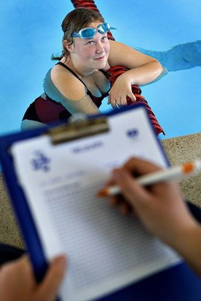 16-årige Michelle Werenberg Jensen, Vester Hassing, satsede på at svømme ikke mindre end 10 km, og det svarer til 40 banelængder. Og det blev der ført nøje kontrol med.