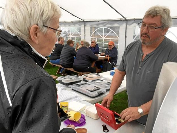Formand Thorkil Voss-Jensen stod for serveringen i teltet og fik en snak med mange af de lokale beboere i området. Privatfoto