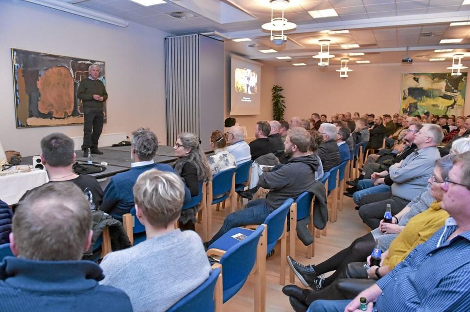 Jørgen Skouboe viste mange klip, også nogen der aldrig nåede Tv-skærmen. Og fortalte mange af anekdoterne om hans og Nikolaj Kirks ture jagt-ture rundt i hele verden. Foto: Ole Iversen Ole Iversen
