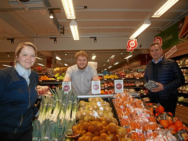 ..og her har Signe Slotved Povelsen, Tobias Sørensen – og IT-konsulent Peter Lind netop sat skiltene op i grøntafdelingen.  ?Foto: Arne Larsen-Ledet