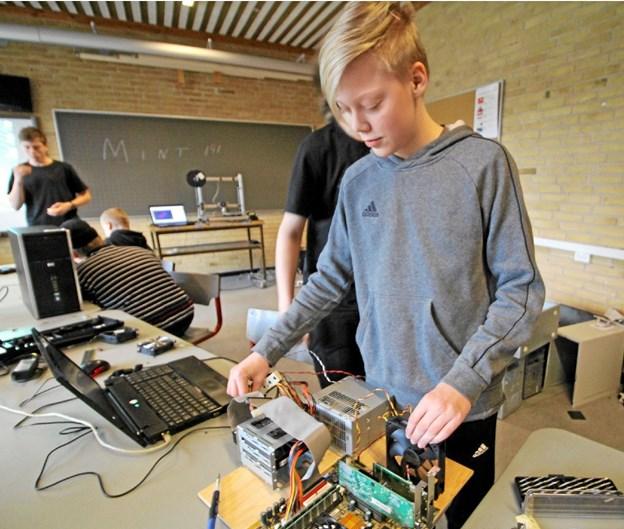Mads Torp Hansen er godt i gang med at opbygge en computer på et bræt.  Foto: Jørgen Ingvardsen