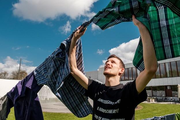 Ophængningen af skjorter fortsætter fredag. Foto: Lasse Sand