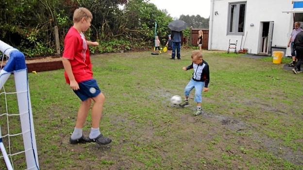 På legepladsen er der en stor sandkasse, ligesom der både er mål, bolde og forskellige spil. Foto: Jørgen Ingvardsen Jørgen Ingvardsen