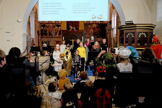 """Det festligt udklædte børnekor Rødderne og menigheden sang """"I dag er det fastelavn"""". Foto: Niels Helver Niels Helver"""