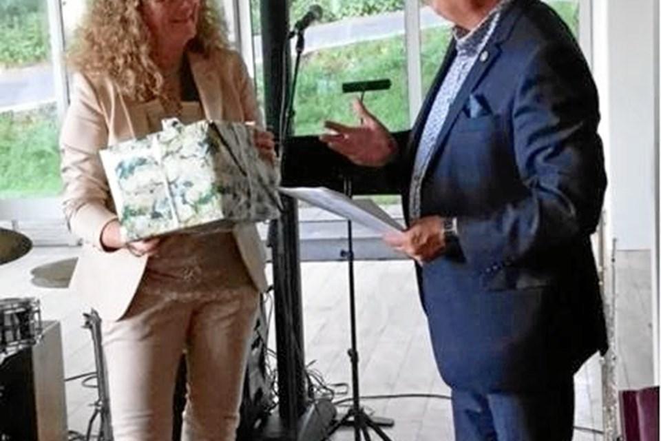 Lars Jørgen Pedersen overdrager hvervet som præsident i Rebild Rotary Klub til Helle Aagaard Simonsen.  Privatfoto