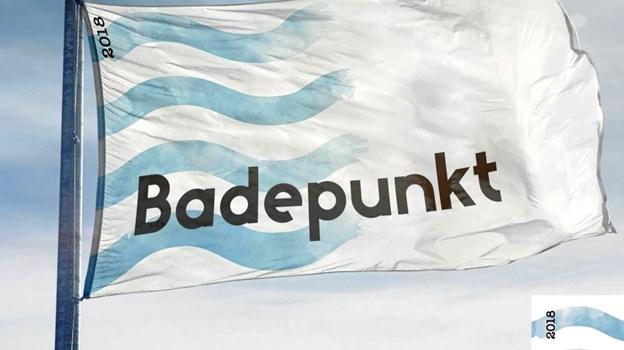 Flaget viser, at stranden lever op til en række krav, men der er færre krav end til det internationale blå badeflag - blandt andet er forbuddet mod hunde sløjfet. Foto: Friluftsrådet.