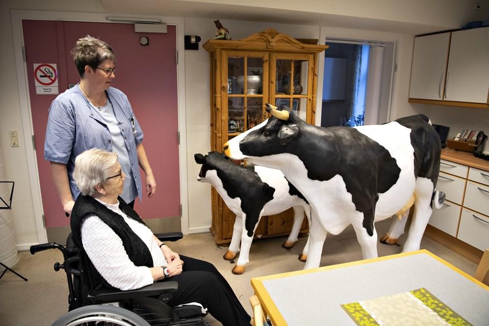 Martha Christensen har været landmandskone i 60 år og er glad for de nye dyr, som hun finder meget livagtige. Foto: Kurt Bering Kurt Bering