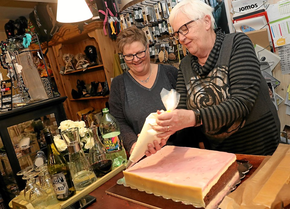 Birgit Sloth Jensen (t.v.) havde onsdag aften inviteret Inge Simonsen fra Den Store Bagedyst på besøg i Skanse Sko. Foto: Allan Mortensen