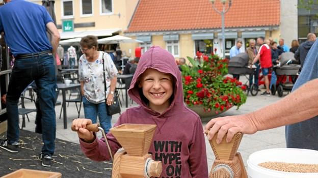 Mikkel fra Lystrup fik lejlighed til at male korn til mel. Foto: Tommy Thomsen Tommy Thomsen