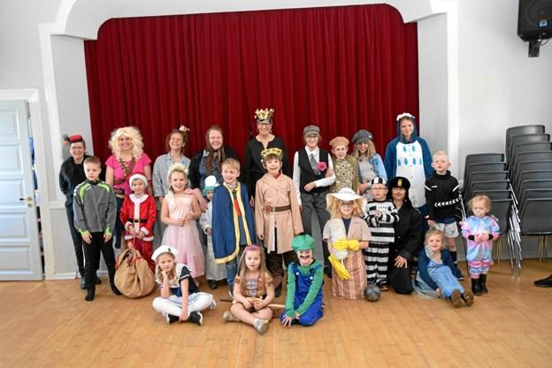 Fastelavnsgruppefoto i Snæbum Kultur & Forsamlingshus. Privatfoto