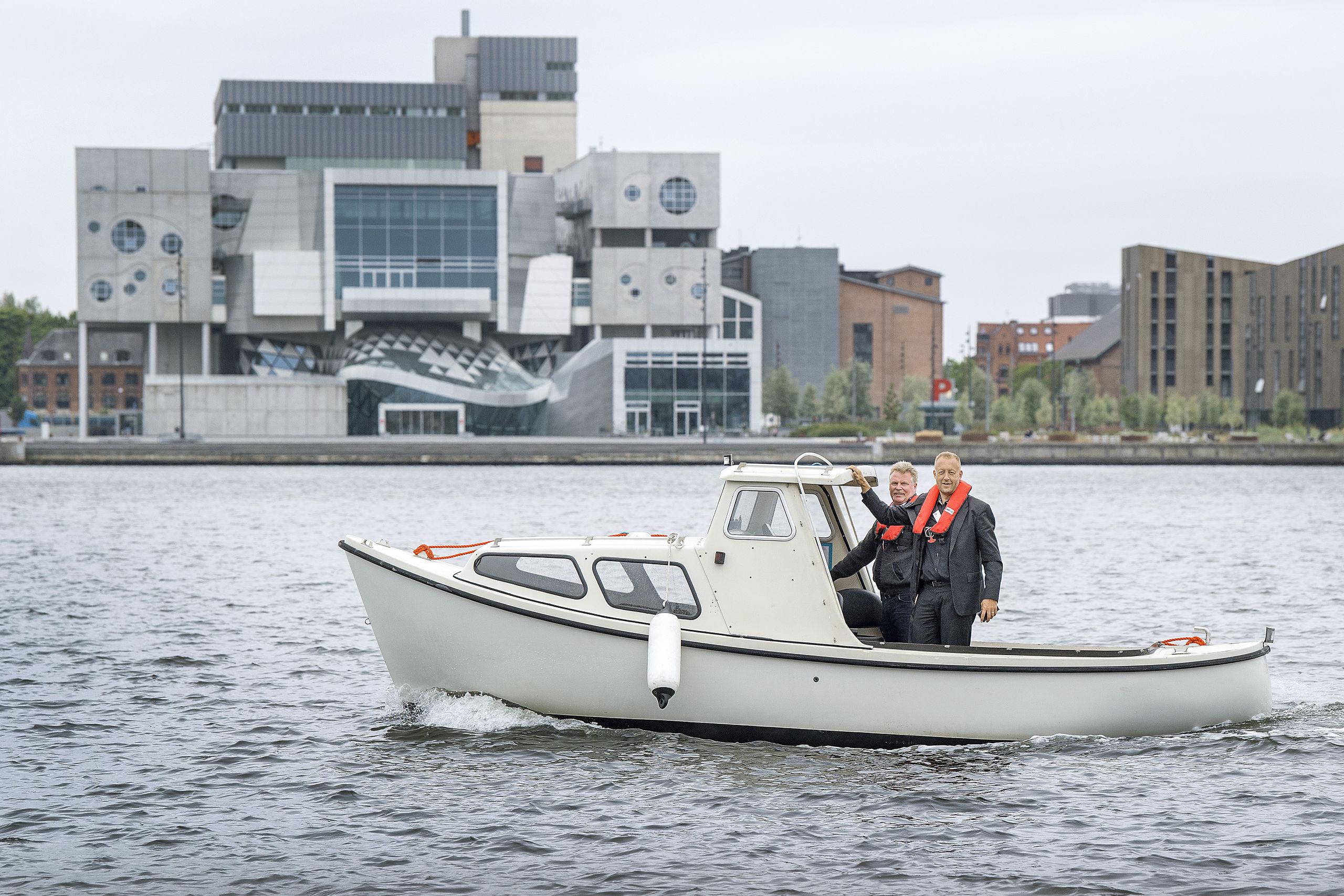 I testperioden skal både sejle frem og tilbage mellem Aalborg og Nørresundby både for- og eftermiddag. Ved hjælp af kameraer og censorer skal den registrere, hvilke elementer den møder på vandet.Foto: Lars Pauli