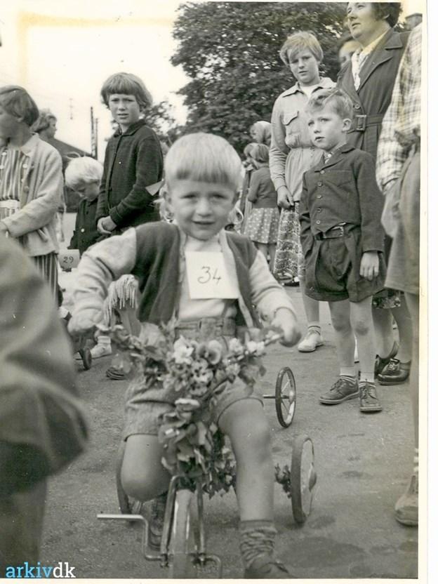 Billeder som dette fra en byfest i Skørping er Lokalhistorisk Arkiv for Skørping Kommune stærkt interesseret i. Måske kommer nogle af dem frem i lyset i forbindelse med Arkivernes Dag på lørdag. Privatfoto