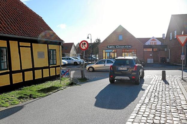 Skilt ved udkørsel fra Klostergyden viser at højresving er forbudt, men forbuddet gælder ikke øvrige sideveje og udkørsler fra private boliger. Foto: Tommy Thomsen