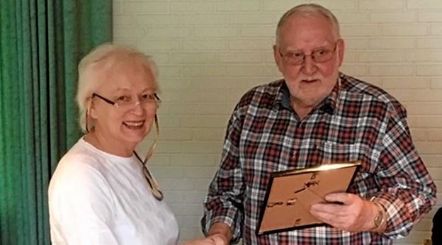 Fra generalforsamlingen, hvor den nuværende formand, Jane Christensen, overrækker den tidligere formand, Karl Thomsen, et diplom og dermed udnævner ham til æresmedlem af klubben.Privatfoto