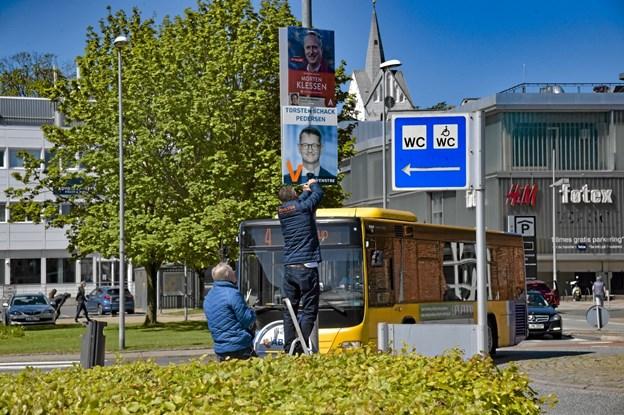 Strips, plakat og en hjælpende hånd var vigtigt, når lygtepælene skulle bestiges fra lørdag kl. 12.00. Foto: Ole Iversen