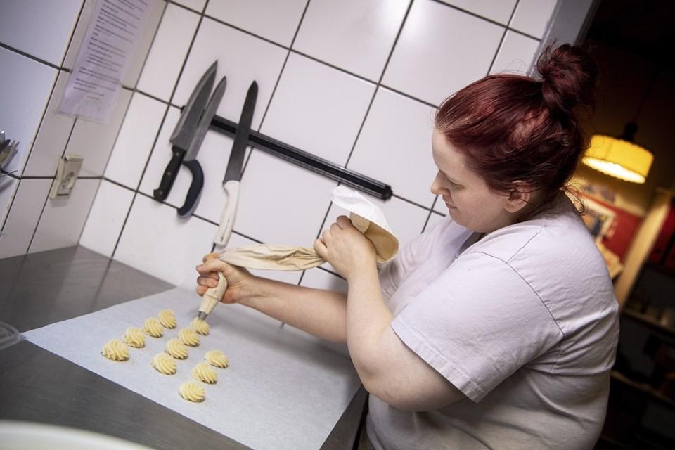 Laver man kransekagetoppe, pyntes de - inden de kommer i ovnen - med cocktailbær eller nødder. Når de er bagt, er det en fordel, hvis man putter dem i fryseren. Det gør det lettere at give dem en flot chokoladebund. Foto: Laura Guldhammer Foto:  Laura Guldhammer
