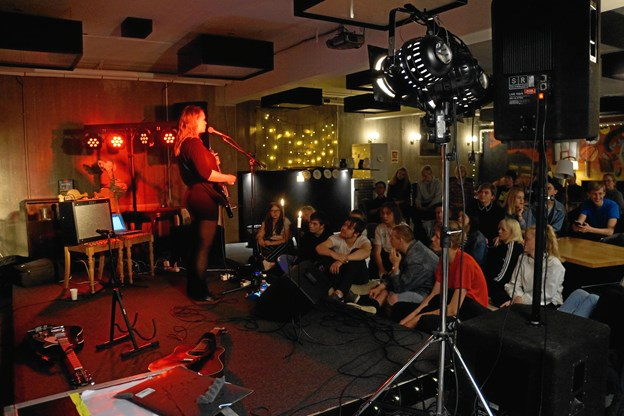 Fjerritslev Gymnasium har allerede lagt kælder til den første koncert med en af ROSA's spirende kunstnere, Roxy Jules. Foto: Cecilie Abildgaard Jensen