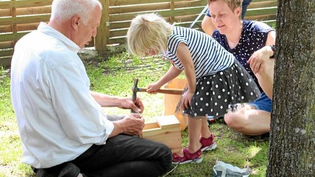 Unge og gamle samlet i Mariager for at bygge fuglekasse. Privatfoto