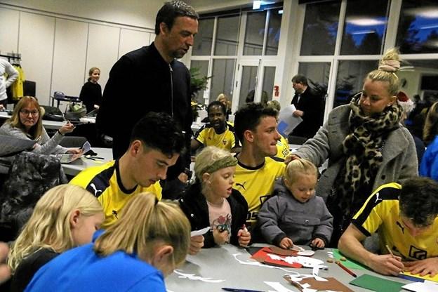Cheftræner Allan Kuhn og spillere som Vito Mistrati-Hammershøj og Jonas Brix-Damborg hyggede sig med børn og voksne.