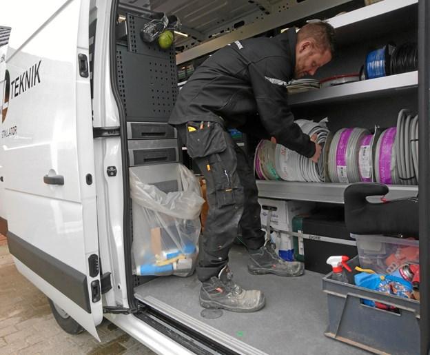 Den splinternye firmabil med logo rummer alt, hvad en elektriker kan få brug for under en arbejdsdag.