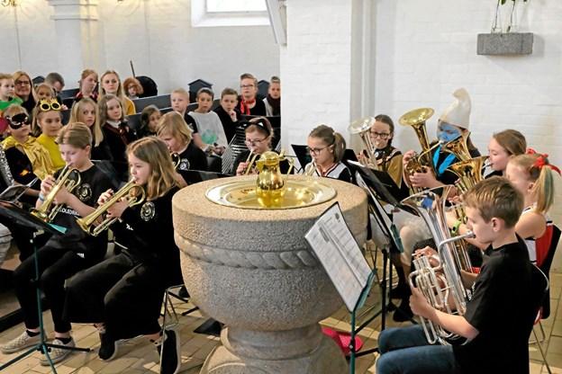 Sindal Skoleorkester blev dirigeret af Kristina Hansson, og Cornet-spillerne spillede på de instrumenter, der blev indkøbt for penge fra Sindal Sogns Musiklegat. Foto: Niels Helver Niels Helver