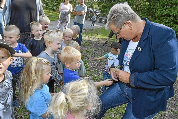 Børnene fik plukket en blomst som borgmesteren fik sat i knaphullet. Foto: Ole Iversen