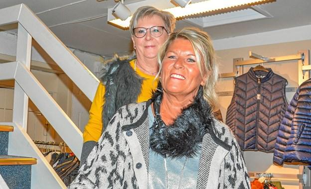 To modeller på trappen i butikken. Foto: Mogens Lynge