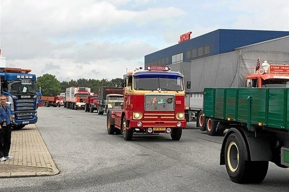 Flot veteranlastbilsparade på vej ind til frokoststop på Trafikcenter Syd