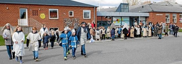 Påskevandringen udgik fra Lendum skole, gennem byen til Lendum Kirke, hvor der var påskegudstjeneste. Foto: Niels Helver Niels Helver