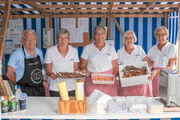 Damerne i Fiskekrogen tilberedte mere end 3000 fiskefrikadeller og stegte i hundredvis af fiskefileter i løbet af juli måned. Foto: Niels Helver Niels Helver